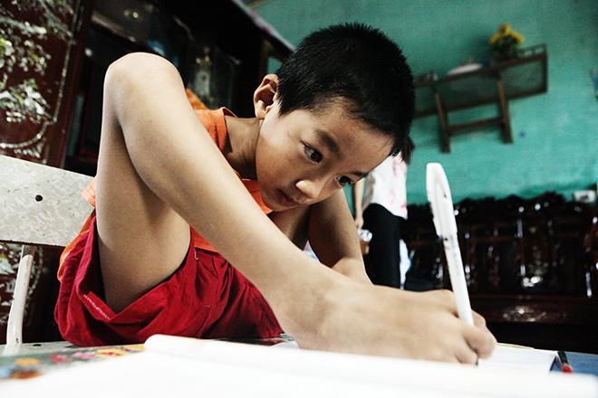 Ảnh - Clip: Đôi chân diệu kì của cậu bé 7 tuổi không tay - 8