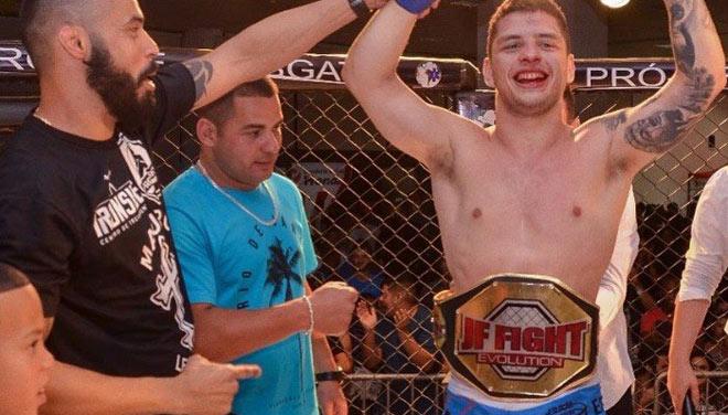 MMA ngớ người: Khán giả lên sàn hạ võ sỹ, đoạt luôn đai vô địch - 1