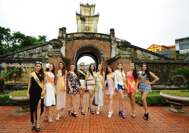 """Dạo phố phường, người đẹp Miss Grand International 2017 gây """"náo loạn"""" Tp.Quảng Bình - 5"""