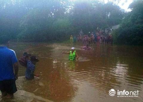 Nghệ An: Xúc động hình ảnh thầy giáo dầm mình cõng học sinh qua lũ dữ - 7