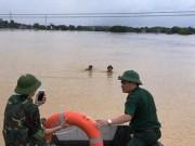Tin tức trong ngày - Cứu 2 bố con đang đu dây điện giữa dòng nước lũ