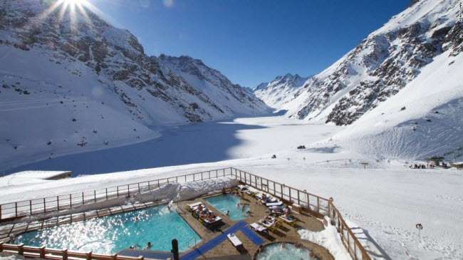 Ski Portillo, Chile: Bể bơi nước nóng nằm trên dãy núi Andes giúp du khách tận hưởng trải nghiệm vô cùng đặc biệt.