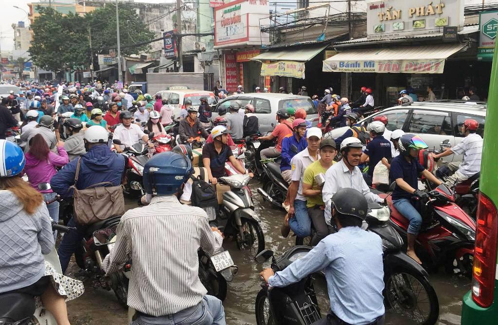 """Ngập nước kẹt xe bủa vây, người Sài Gòn như hóa điên vì """"chôn chân"""" trên đường - 1"""