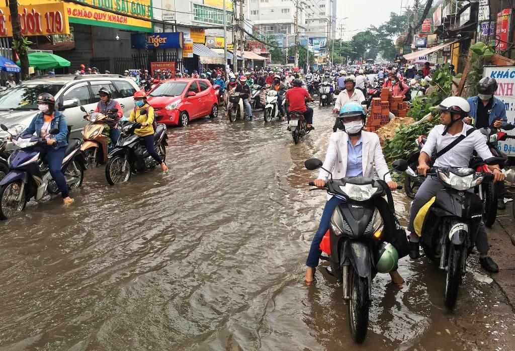 """Ngập nước kẹt xe bủa vây, người Sài Gòn như hóa điên vì """"chôn chân"""" trên đường - 2"""