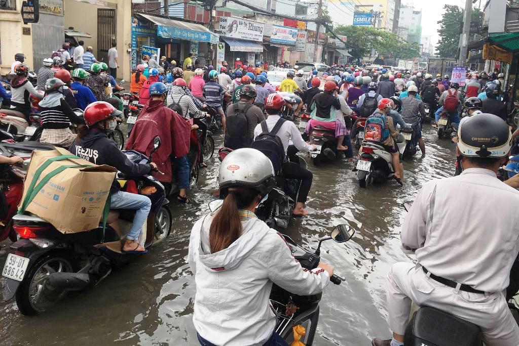 """Ngập nước kẹt xe bủa vây, người Sài Gòn như hóa điên vì """"chôn chân"""" trên đường - 6"""