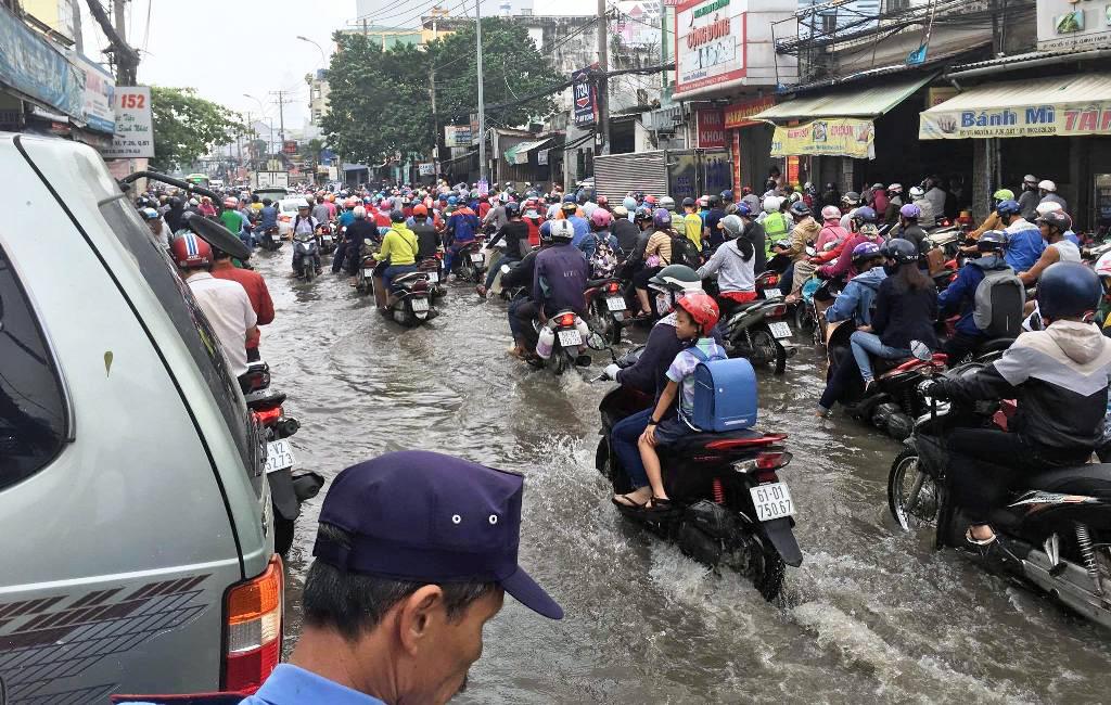 """Ngập nước kẹt xe bủa vây, người Sài Gòn như hóa điên vì """"chôn chân"""" trên đường - 7"""