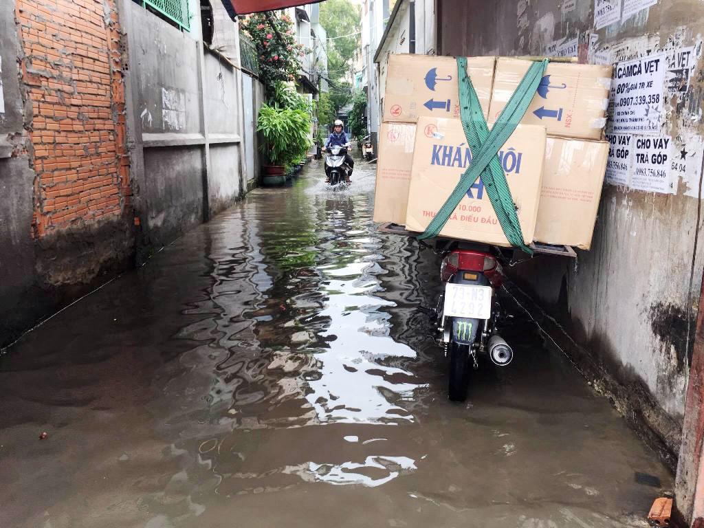 """Ngập nước kẹt xe bủa vây, người Sài Gòn như hóa điên vì """"chôn chân"""" trên đường - 10"""