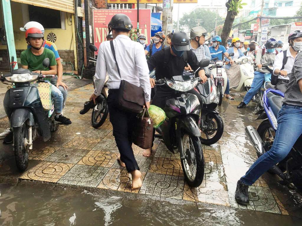 """Ngập nước kẹt xe bủa vây, người Sài Gòn như hóa điên vì """"chôn chân"""" trên đường - 11"""