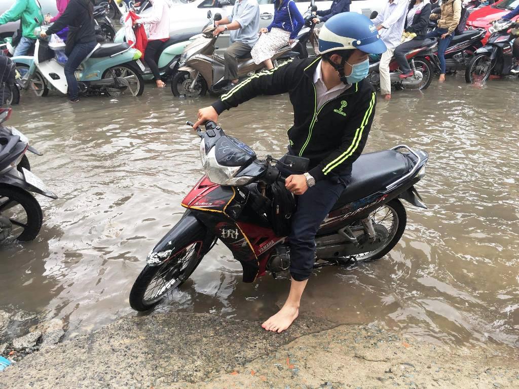 """Ngập nước kẹt xe bủa vây, người Sài Gòn như hóa điên vì """"chôn chân"""" trên đường - 12"""