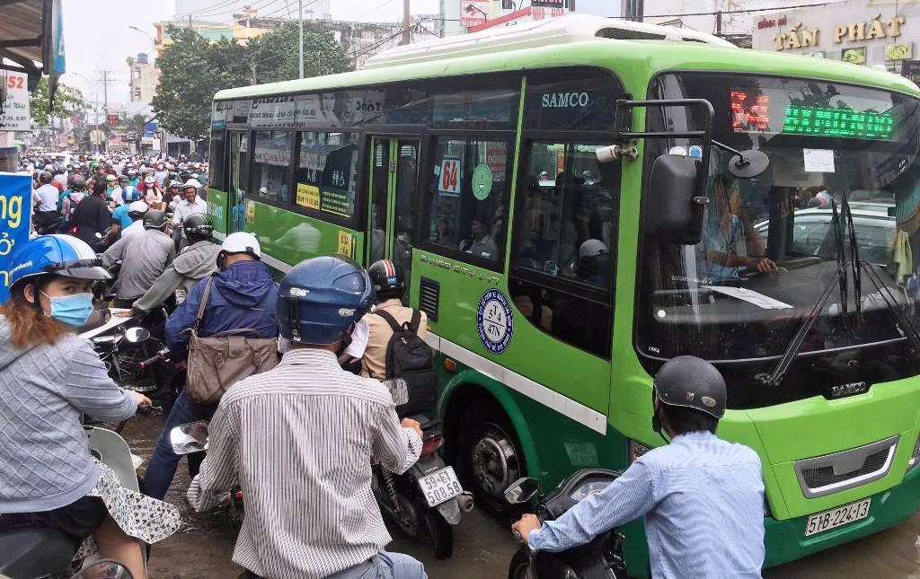 """Ngập nước kẹt xe bủa vây, người Sài Gòn như hóa điên vì """"chôn chân"""" trên đường - 13"""
