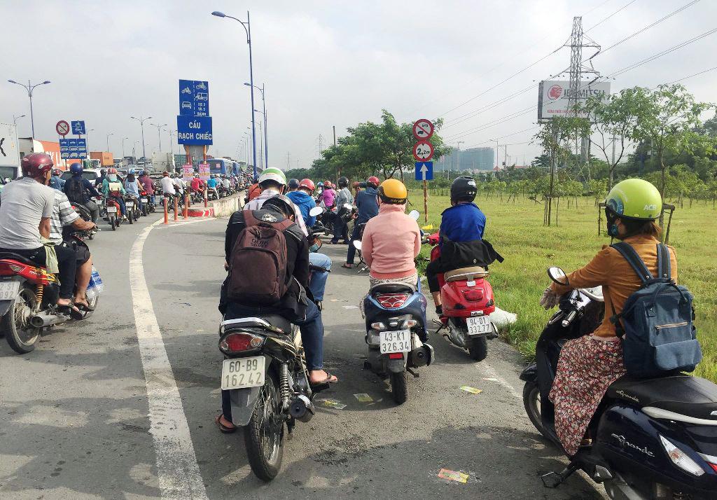 """Ngập nước kẹt xe bủa vây, người Sài Gòn như hóa điên vì """"chôn chân"""" trên đường - 18"""