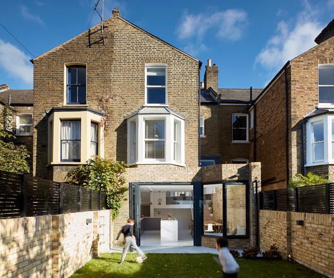 Căn nhà này tọa lạc trên một con phố nhỏ thuộc thành phố London, nước Anh.