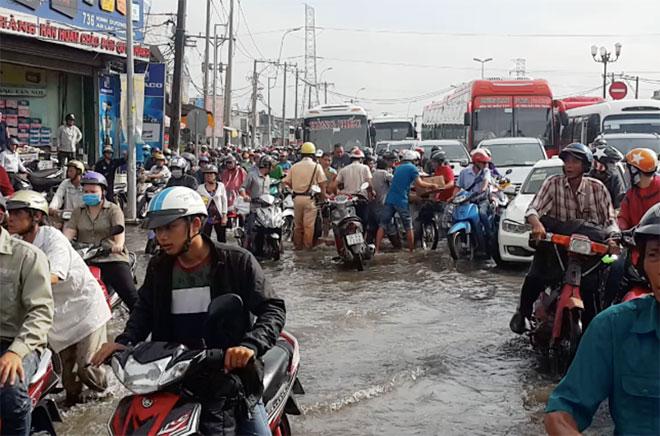 """Những """"cứu tinh"""" của người dân SG khi đường ngập như sông - 1"""