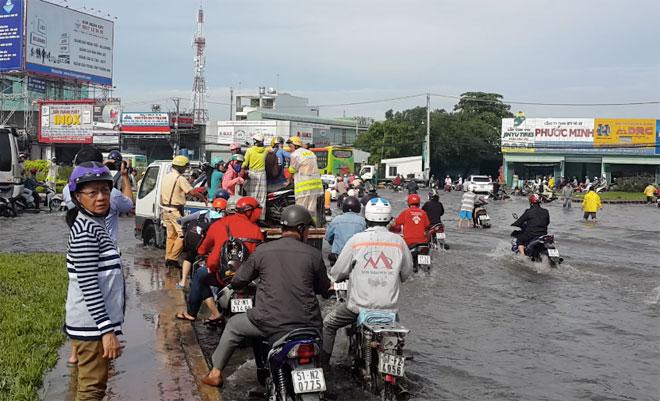"""Những """"cứu tinh"""" của người dân SG khi đường ngập như sông - 2"""