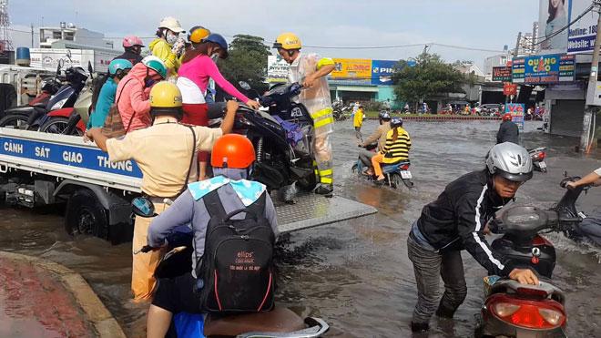 """Những """"cứu tinh"""" của người dân SG khi đường ngập như sông - 3"""