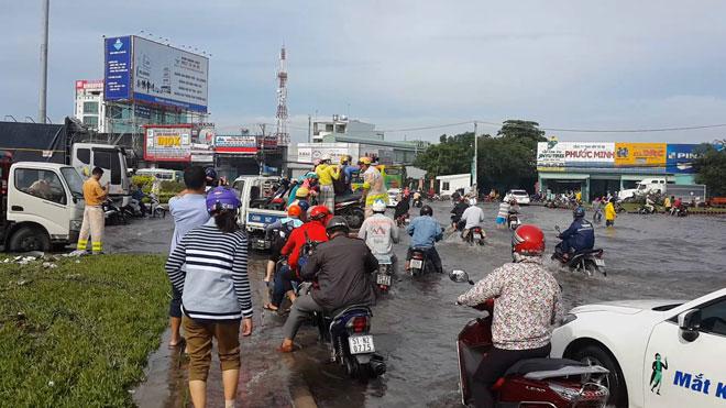 """Những """"cứu tinh"""" của người dân SG khi đường ngập như sông - 4"""
