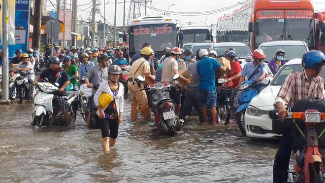 """Những """"cứu tinh"""" của người dân SG khi đường ngập như sông - 5"""