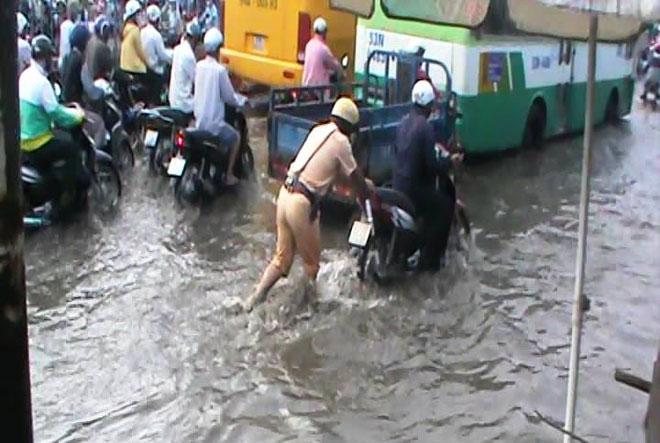 """Những """"cứu tinh"""" của người dân SG khi đường ngập như sông - 6"""