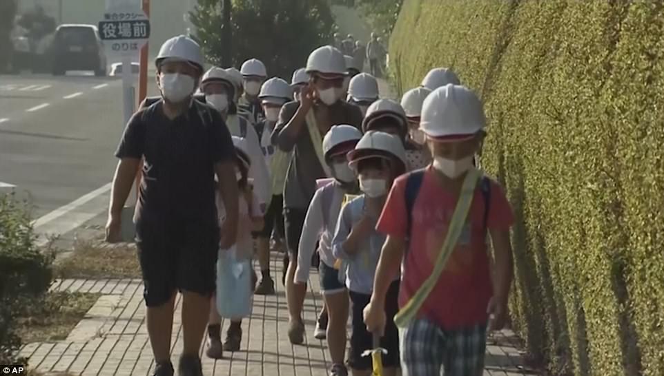 Núi lửa Nhật Bản thức giấc, phun khói độc cao 1.700 mét - 2