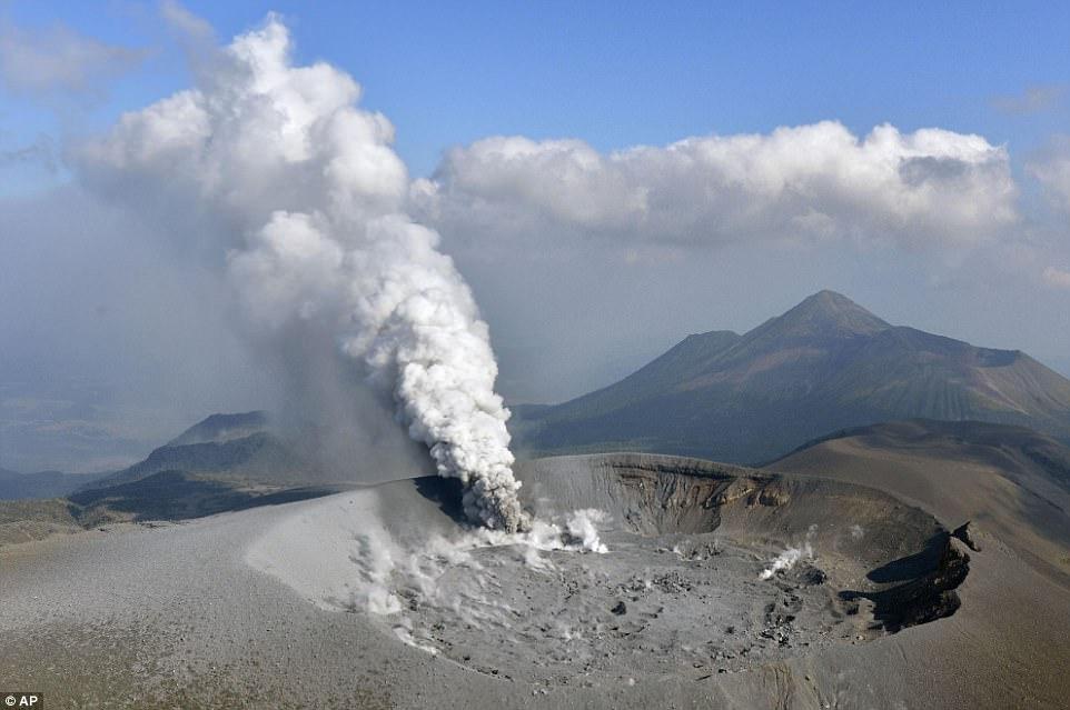 Núi lửa Nhật Bản thức giấc, phun khói độc cao 1.700 mét - 1