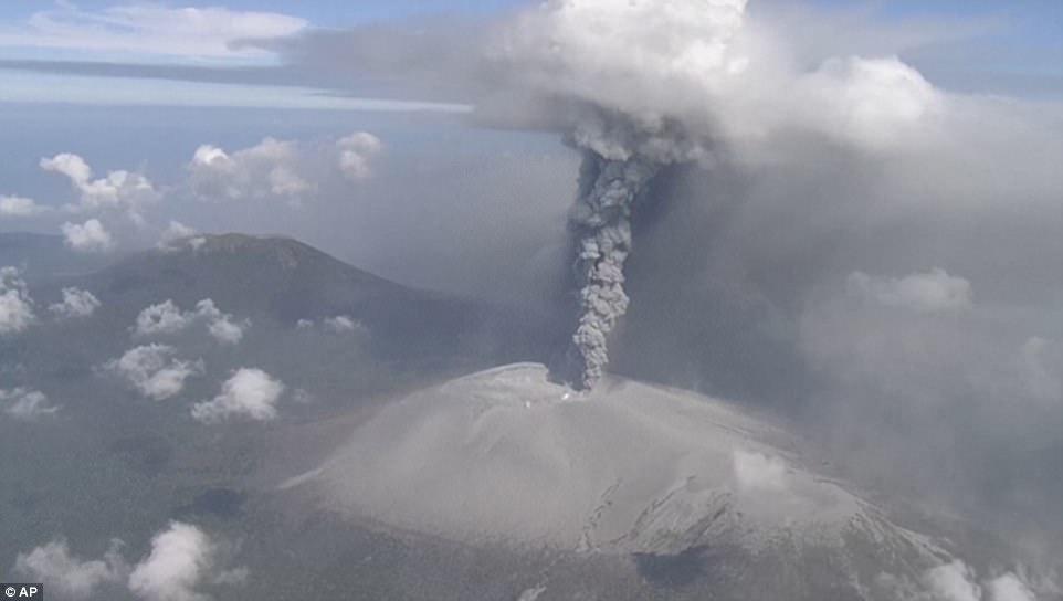 Núi lửa Nhật Bản thức giấc, phun khói độc cao 1.700 mét - 3