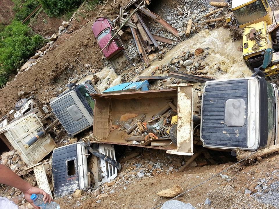 Yên Bái sau lũ lịch sử: Đường sá tan nát, ô tô nằm la liệt dưới suối - 1
