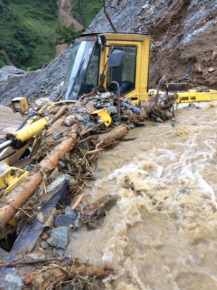 Yên Bái sau lũ lịch sử: Đường sá tan nát, ô tô nằm la liệt dưới suối - 2