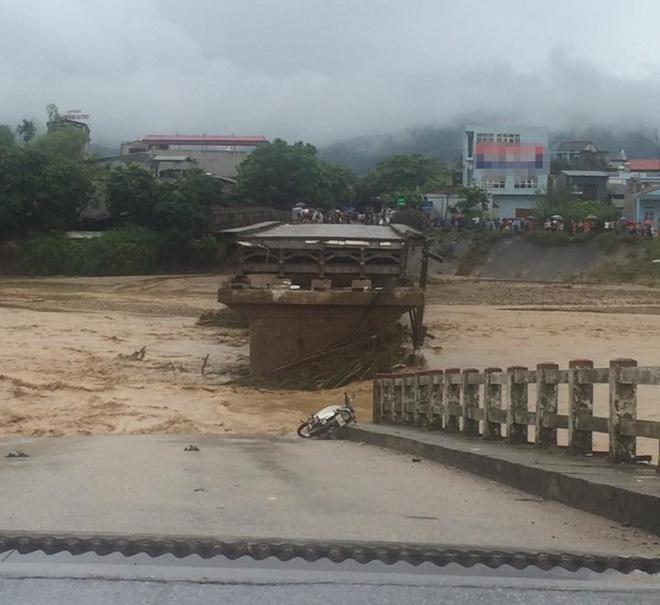 Xót xa nhìn cảnh người dân chống chọi lũ lụt, sống chơi vơi trên nóc nhà - 6