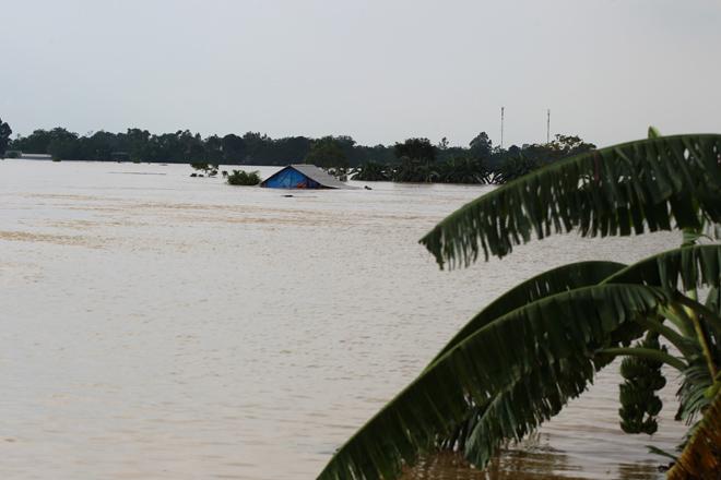 Xót xa nhìn cảnh người dân chống chọi lũ lụt, sống chơi vơi trên nóc nhà - 3
