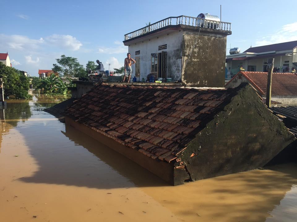 Xót xa nhìn cảnh người dân chống chọi lũ lụt, sống chơi vơi trên nóc nhà - 1