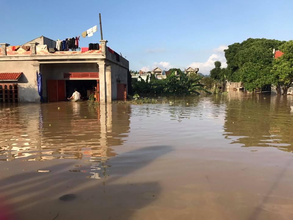 Xót xa nhìn cảnh người dân chống chọi lũ lụt, sống chơi vơi trên nóc nhà - 2