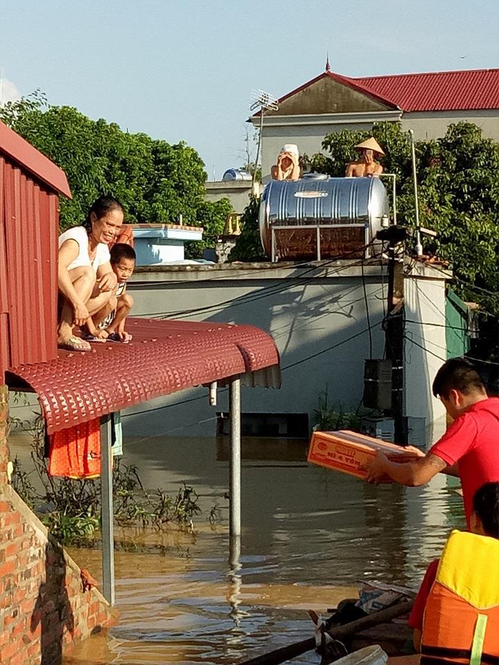 Xót xa nhìn cảnh người dân chống chọi lũ lụt, sống chơi vơi trên nóc nhà - 9