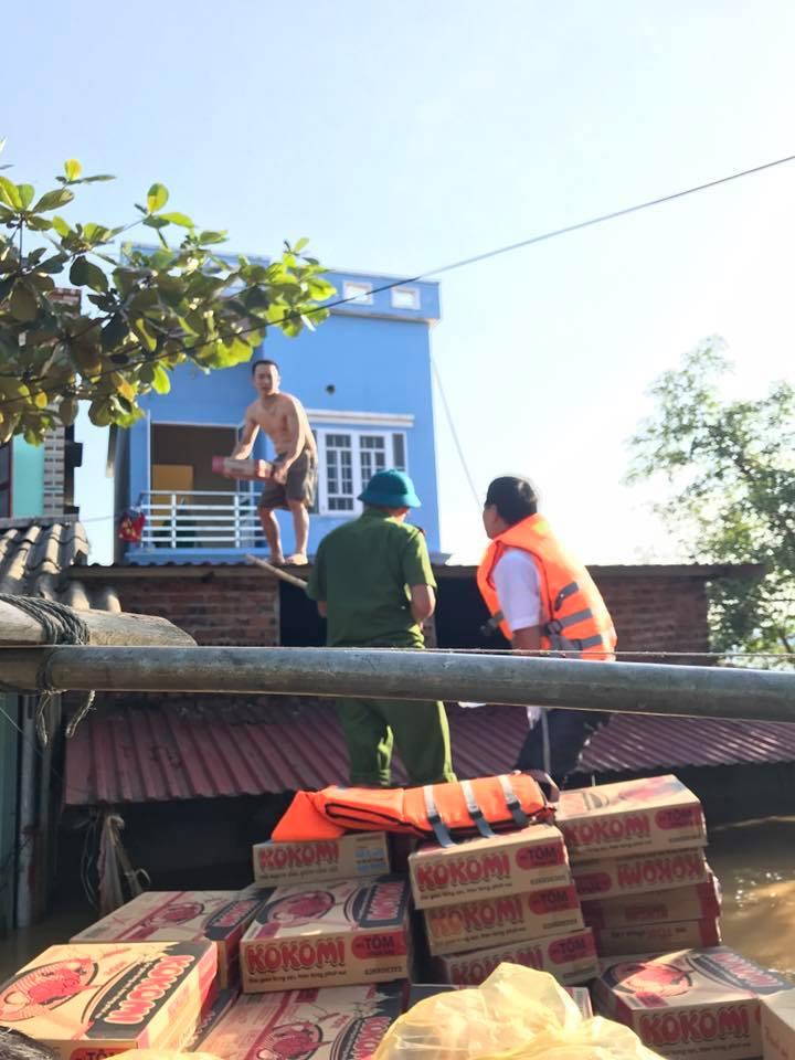 Xót xa nhìn cảnh người dân chống chọi lũ lụt, sống chơi vơi trên nóc nhà - 11
