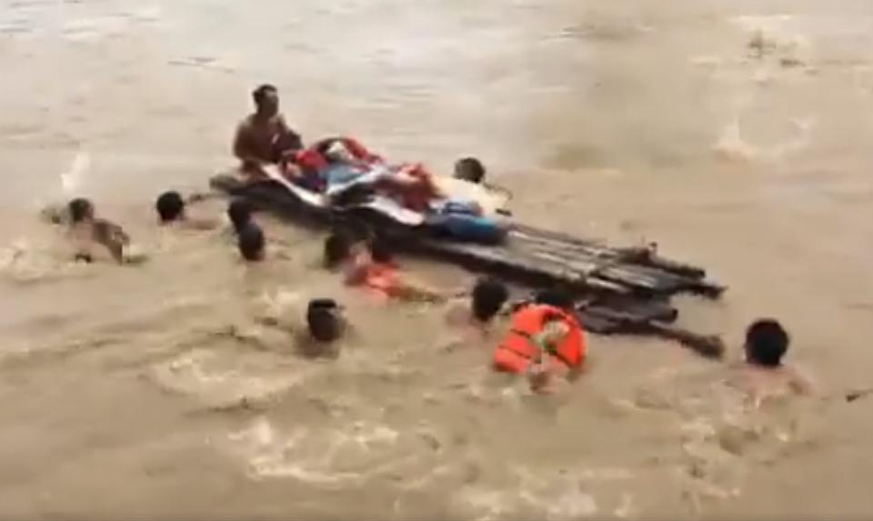 Xót xa nhìn cảnh người dân chống chọi lũ lụt, sống chơi vơi trên nóc nhà - 17