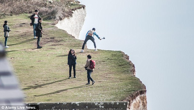 Chết thảm vì nhảy lên chụp ảnh ở mép vách đá đúng lúc gió lớn - 1