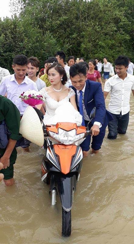 Cô dâu lội nước theo chồng về dinh ở Nghệ An mùa bão - 1