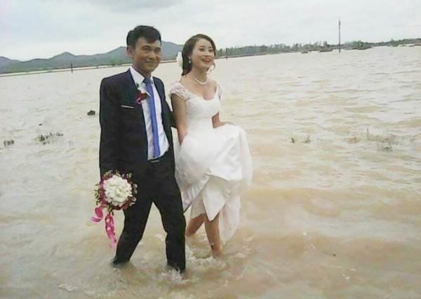 Cô dâu lội nước theo chồng về dinh ở Nghệ An mùa bão - 2