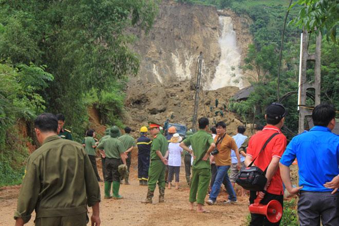 Nát tay cào bới tìm nạn nhân sạt lở đất Hoà Bình - 1