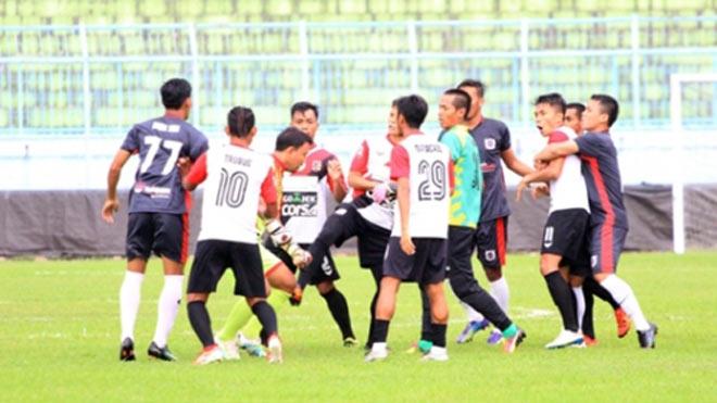 V-League chào thua: Cầu thủ Indonesia ẩu đả, đánh trọng tài, 1 CĐV thiệt mạng - 1