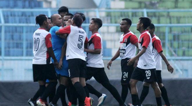 V-League chào thua: Cầu thủ Indonesia ẩu đả, đánh trọng tài, 1 CĐV thiệt mạng - 2