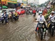 """Tin tức trong ngày - Ngập nước kẹt xe bủa vây, người Sài Gòn như hóa điên vì """"chôn chân"""" trên đường"""