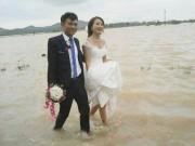 Cô dâu lội nước theo chồng về dinh ở Nghệ An mùa bão