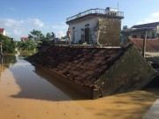 Tin tức trong ngày - Xót xa nhìn cảnh người dân chống chọi lũ lụt, sống chơi vơi trên nóc nhà