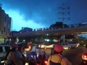 """Sài Gòn """"hứng"""" mưa lớn kèm sấm chớp kinh hoàng"""