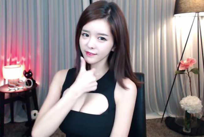 Doãn Tố Uyển thực chất là một MC người Hàn Quốc nhưng tên tuổi cô nổi như cồn ở thị trường đông dân nhất thế giới.