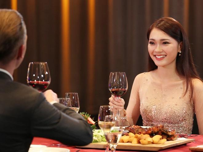 """Mỹ nữ thi hoa hậu bị """"sàm sỡ"""", hất thức ăn vào người khi dự tiệc cùng trai đẹp - 6"""