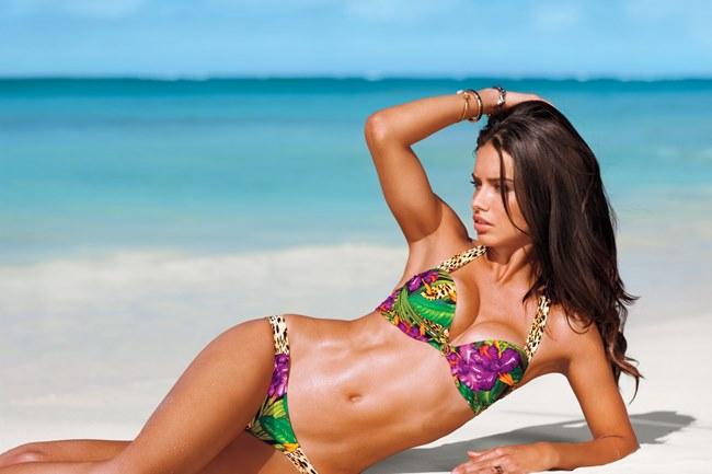 Hàng loạt các chân dài xuất hiện với những bộ bikini nóng bỏng khoe làn da nâu khỏe khoắn.