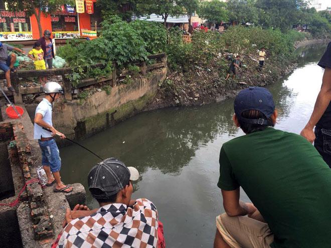 """Người lớn, trẻ nhỏ đua nhau vợt cá trên kênh """"chết"""" ở Sài Gòn - 7"""