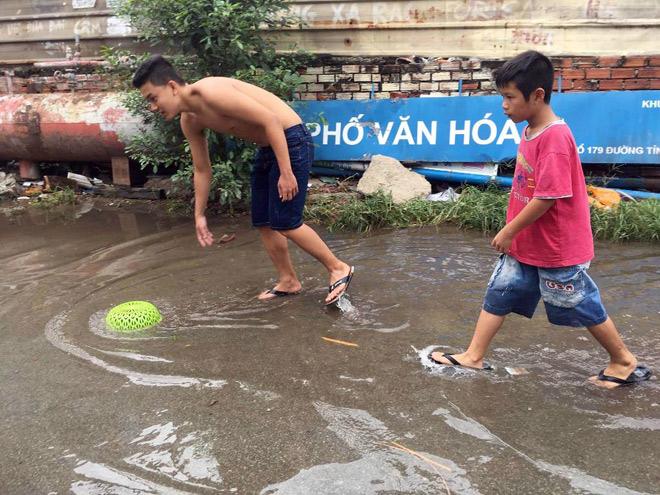 """Người lớn, trẻ nhỏ đua nhau vợt cá trên kênh """"chết"""" ở Sài Gòn - 13"""