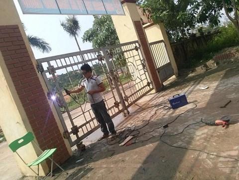 Vĩnh Phúc: Phụ huynh tố nhà trường thờ ơ khi học sinh bị cổng đè gãy xương - 1